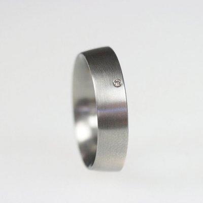 Ring in Edelstahl, 5,6mm breit, innen stark gerundet, außen flach gewölbt, mit 1 Brillant, mattierte Oberfläche