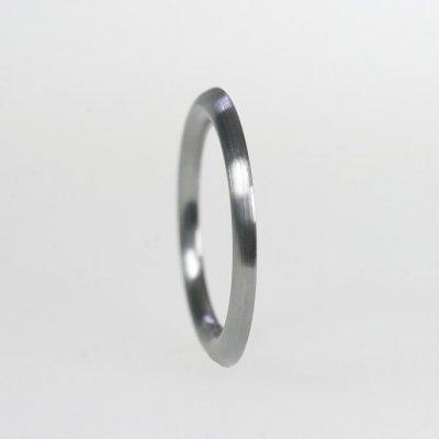 Ring in Edelstahl, 1,7mm breit, halbrund, mattierte Oberfläche