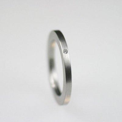 Ring in Edelstahl, 2mm breit, 1 Brillant 0,01ct, mattierte Oberfläche