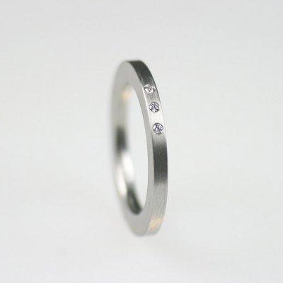 Ring in Edelstahl, 2mm breit, 3 Brillanten à 0,01ct, regelmäßig gefasst. mattierte Oberfläche