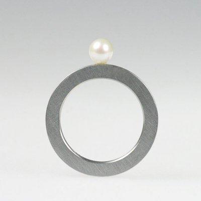 Ring in Edelstahl, 2mm breit, 1 Süßwasser-Zuchtperle 5mm, mattierte Oberfläche