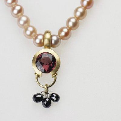 Collier in Gelbgold mit Spinell und schwarzen Diamanttropfen, mit Zuchtperlenkette, handgefertigt