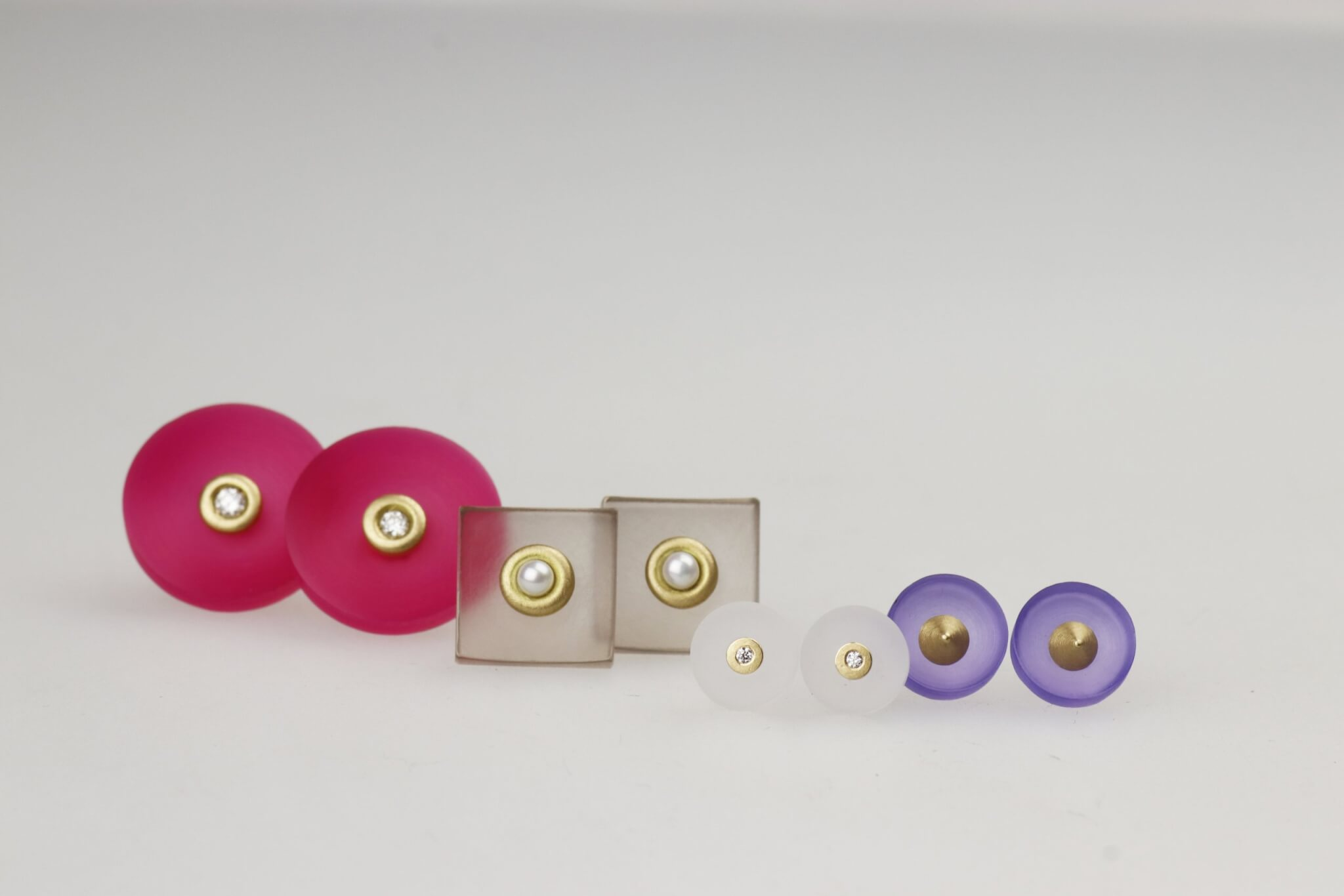 Ohrstecker in 750/_ Gold Brillanten oder Zuchtperle und farbigem Acryl